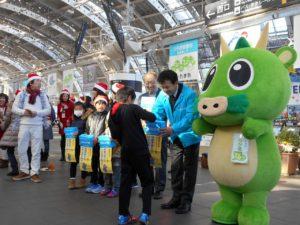 さいたま新都心駅前では、埼玉県ユニセフ協会顧問の清水勇人さいたま市長も募金を呼びかけました。